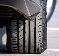 Profiltiefe und Reifendruck überprüfen